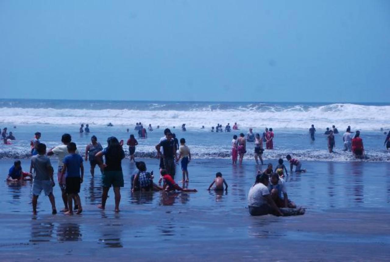 La playa El Cuco se llena de miles de visitantes a diario. Foto EDH / Lucinda Quintanilla