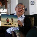 El alpinista mexicano Luis Espinosa Ruiz muestra fotografías de 1959 donde se donde se observan sus incursiones a la cima del Pico de Orizaba.