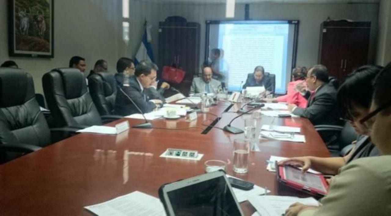 Diputados de la Comisión de Reformas Electorales durante la sesión de este martes.