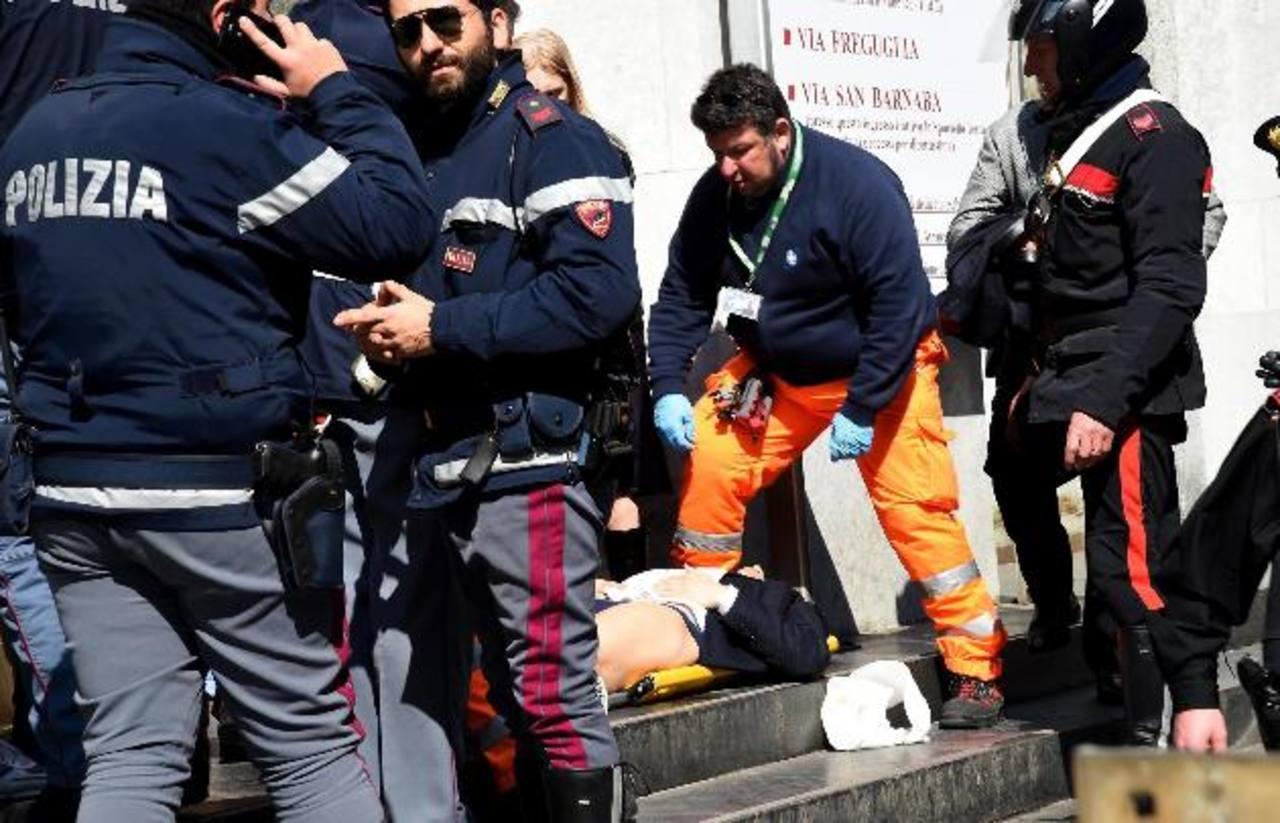 Socorristas y autoridades asisten a uno de los heridos.
