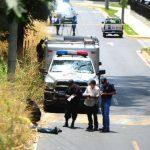 El cadáver de un hombre fue lanzado desde un auto en la exfinca Venecia, en Soyapango. Foto EDH / René Quintanilla