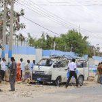 Miembros de las Fuerzas de Seguridad verifican el atentado contra un microbús de las Naciones Unidas