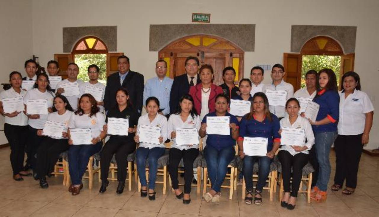 Parte de los recién capacitados en Juayúa y Apaneca. Foto EDH / cristian díaz