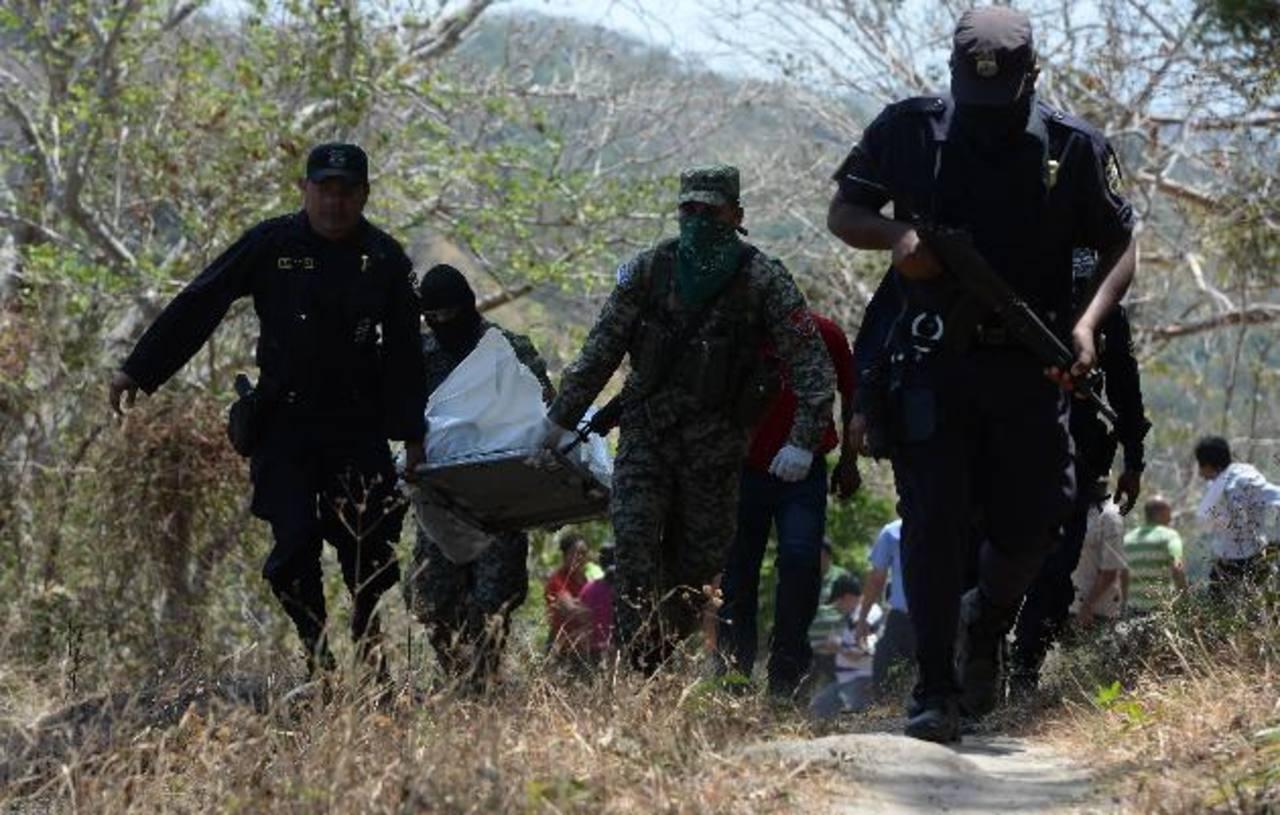 Hallan cadáver del soldado José Balmore Palacios Molina de 30 años, en un potrero del cantón Amaquilton en Huizúcar, tras tres días de desaparecido. Foto EDH / JAIME ANAYA.