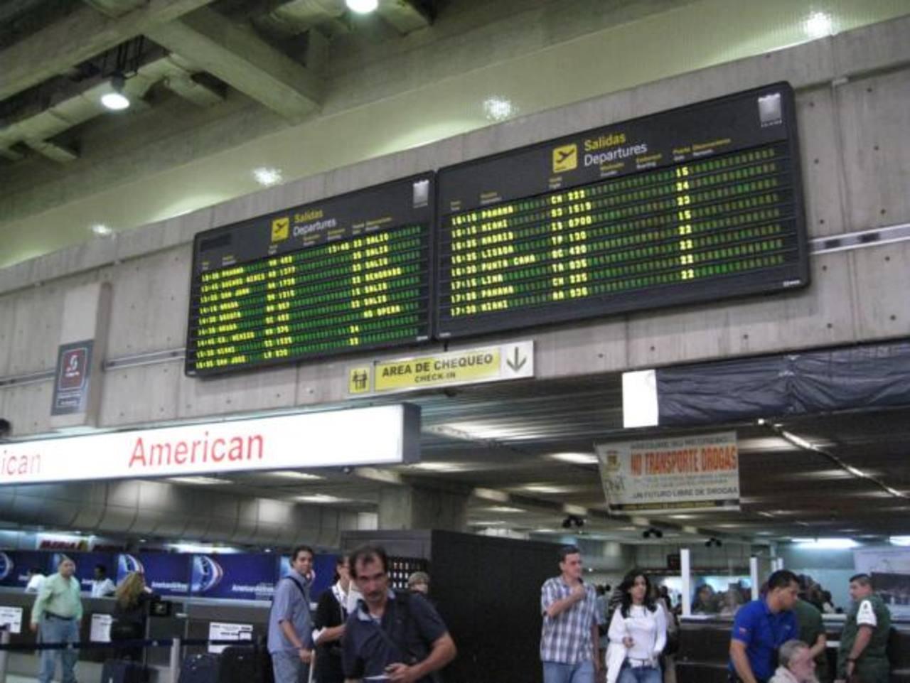 Muchos boletos para viajar hacia y desde Venezuela son vendidos solamente en el extranjero, y en dólares, debido al alto costo de operatividad y la escasa oferta. foto edh