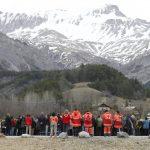 A los pies de los Alpes franceses, residentes y equipos de rescate se reunieron ayer frente al monumento levantado en honor a las víctimas del accidente aéreo del Germanwings. Foto EDH / efe