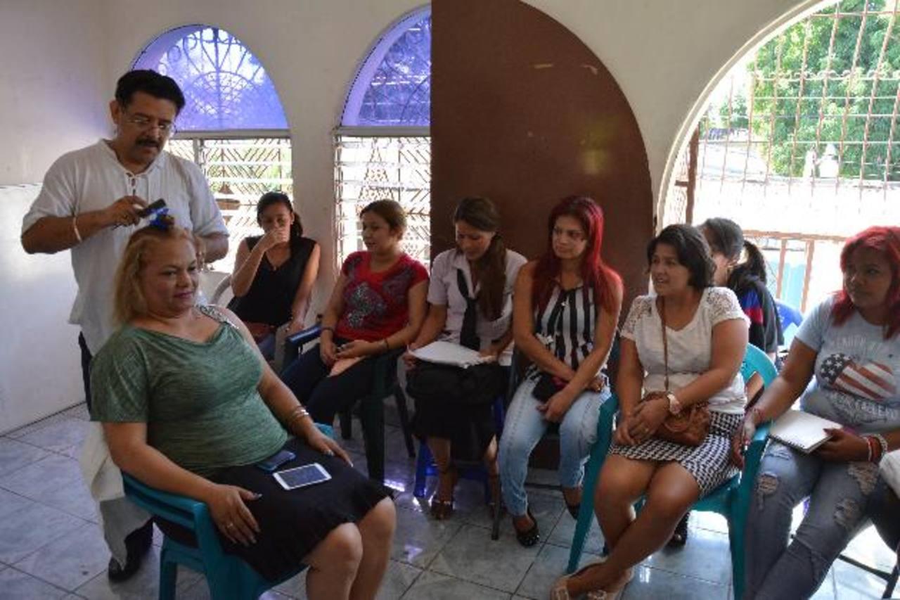 El estilista Gustavo Adolfo muestra las técnicas para realizar diferentes trabajos en el área de cosmetología. Foto EDH / Carlos Segovia