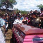 El comisionado César Baldemar Flores Murillo ofreció a la familia del agente Alfaro Torres, aplicar el rigor de la justicia a los responsables de su asesinato. Fotos EDH / Jorge Beltrán Luna