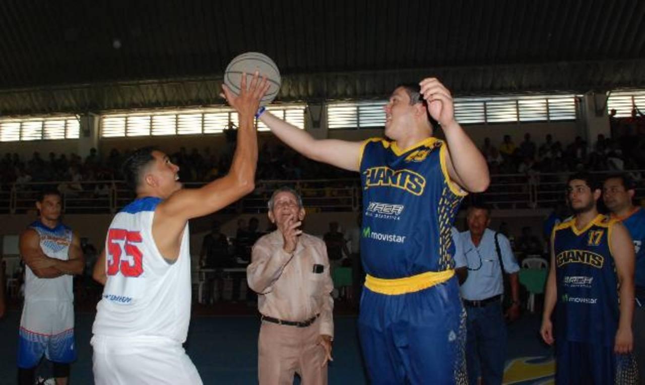 El escenario ya tuvo sus primer partido de baloncesto entre un equipo de la zona y otro de la capital. Fotos EDH / Insy Mendoza