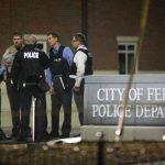 Policía movilizada en el aparcamiento de la comisaría de Ferguson, después de que dos agentes fueran baleados cuando montaban guardia ante el edifciio el jueves