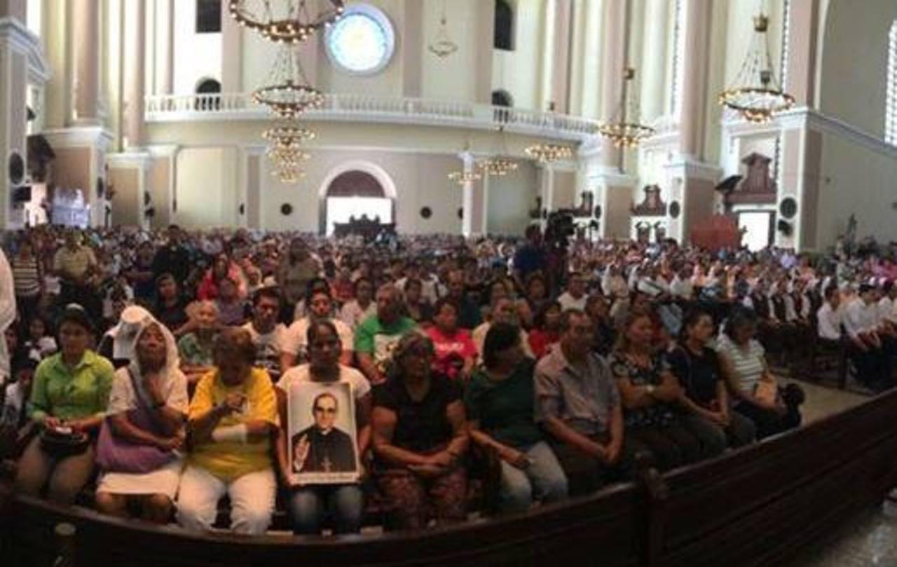 Fieles católicos participaron de la misa en honor a monseñor Romero.