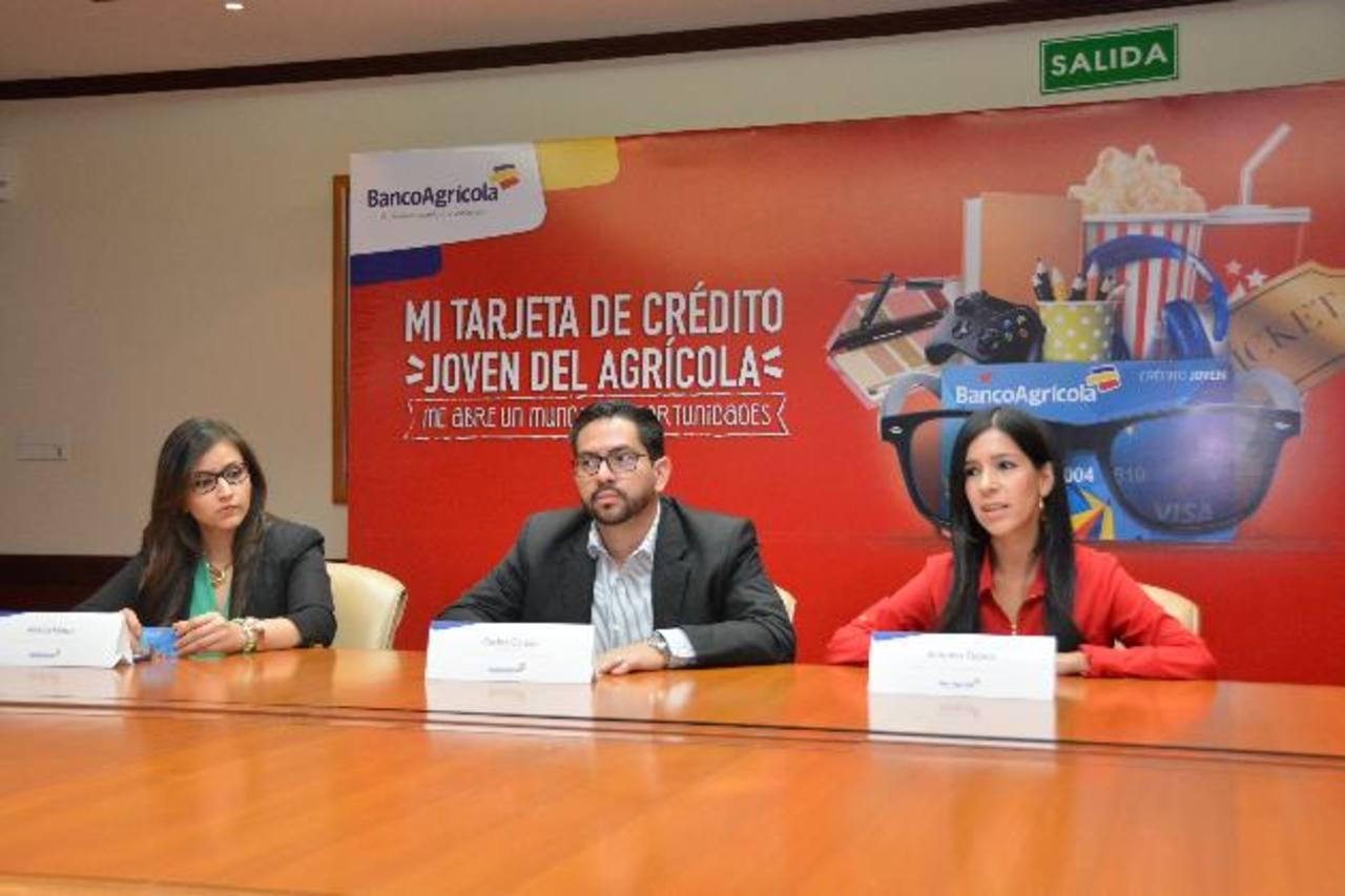 Representantes del Banco Agrícola, durante la presentación del innovador producto para los jóvenes salvadoreños. Foto EDH / David Rezzio