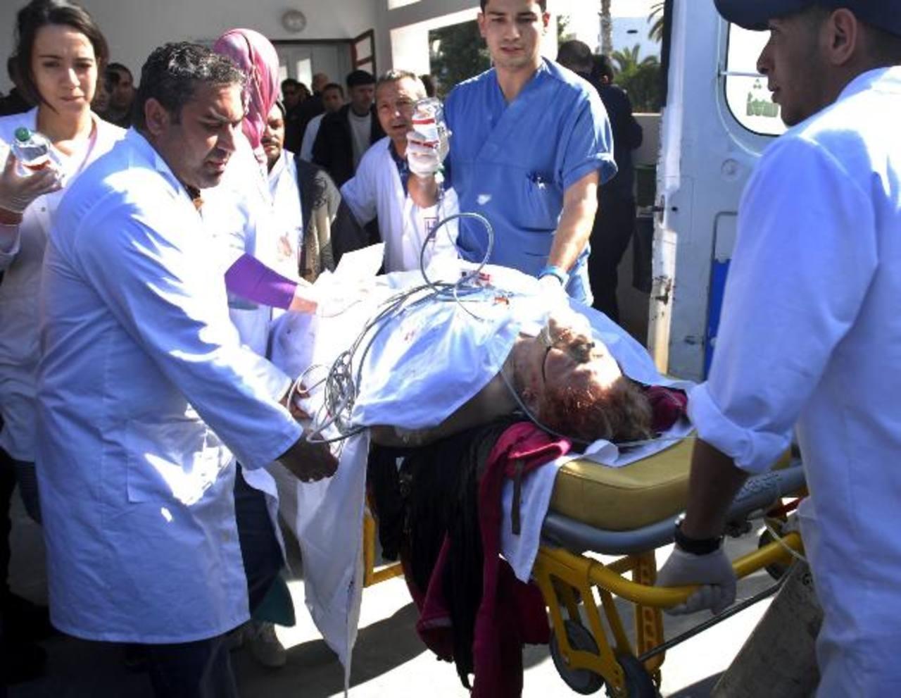 Un herido es evacuado del Museo del Bardo al hospital Charle Nicol, después del atentado perpetrado en Túnez. foto edh / efe