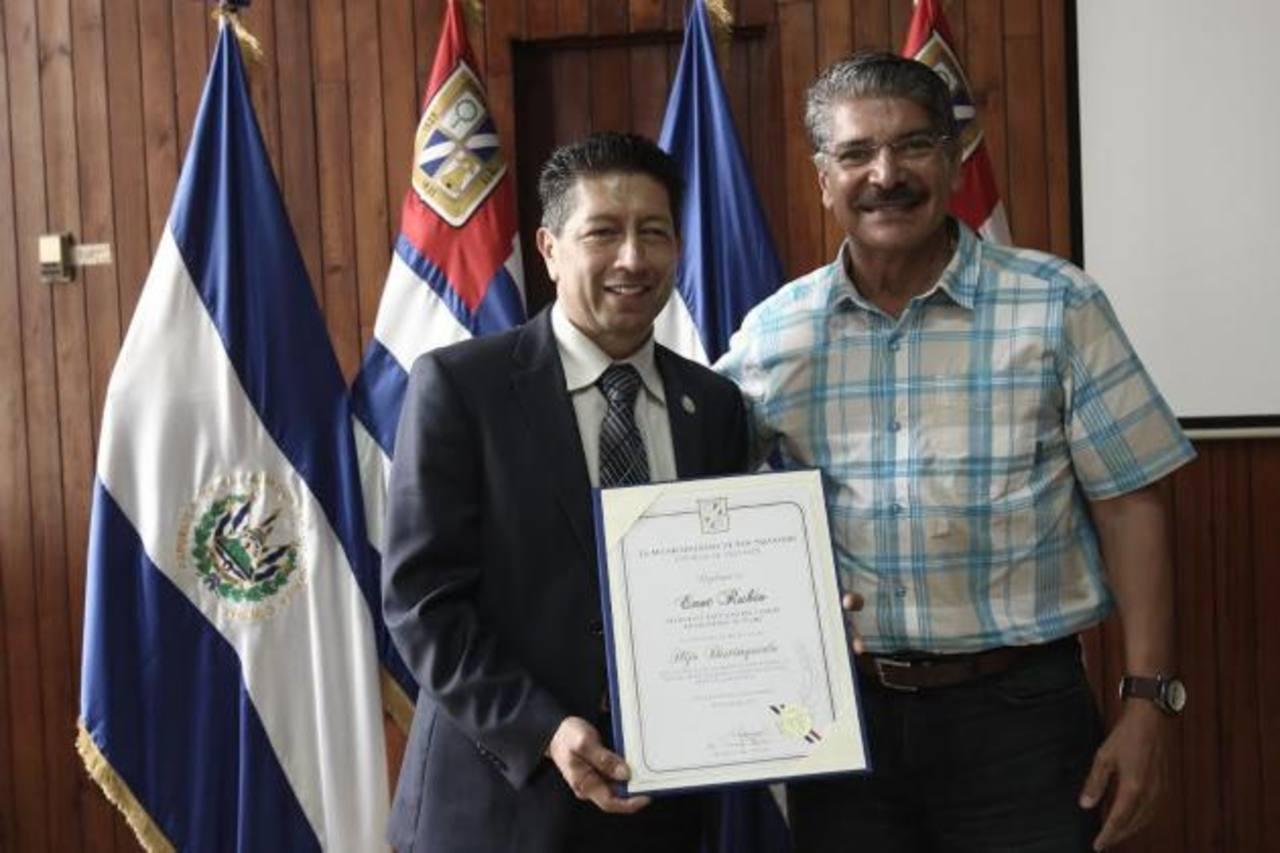 Enot Rubio junto al alcalde de la capital, luego de recibir el reconocimiento. Foto edh / Cortesía Alcaldía de San Salvador