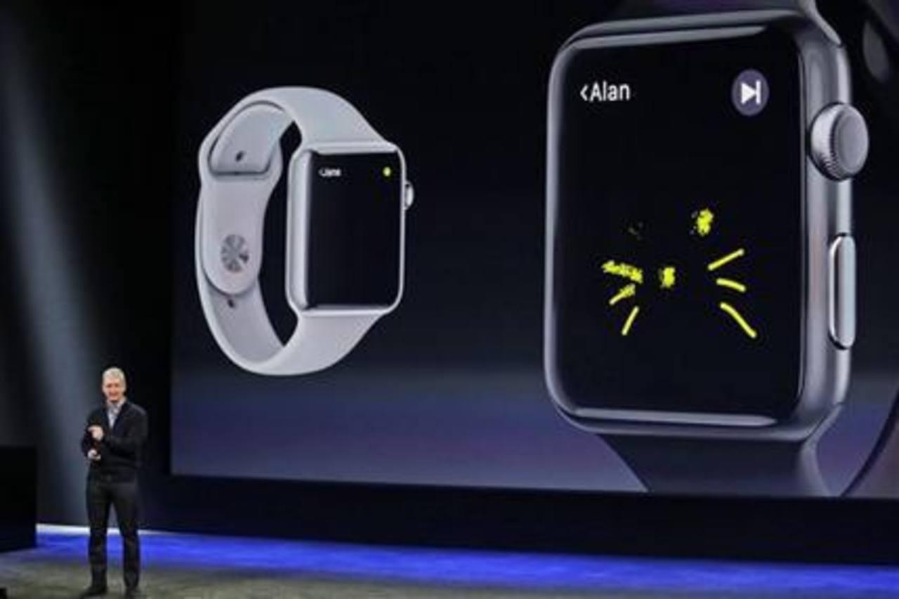 El CEO de Apple, Tim Cook, explica las caracterísiticas del nuevo Apple Watch durante un acto de la empresa el 9 de marzo de 2015, en San Francisco.