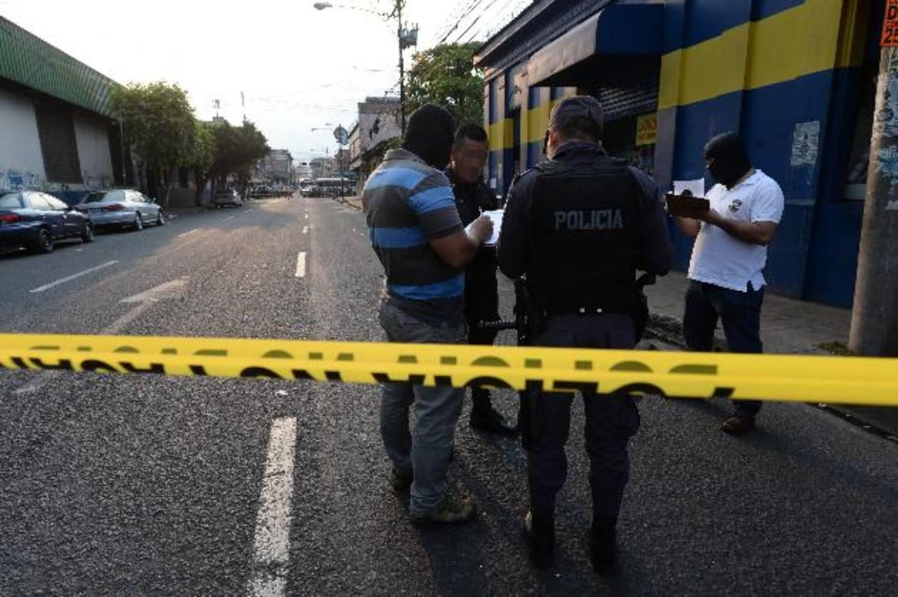 El mercado ex-Cuartel y zonas aledañas han sido escenarios de hechos violentos, incluyendo un ataque contra un agente policial. Foto EDH / Archivo