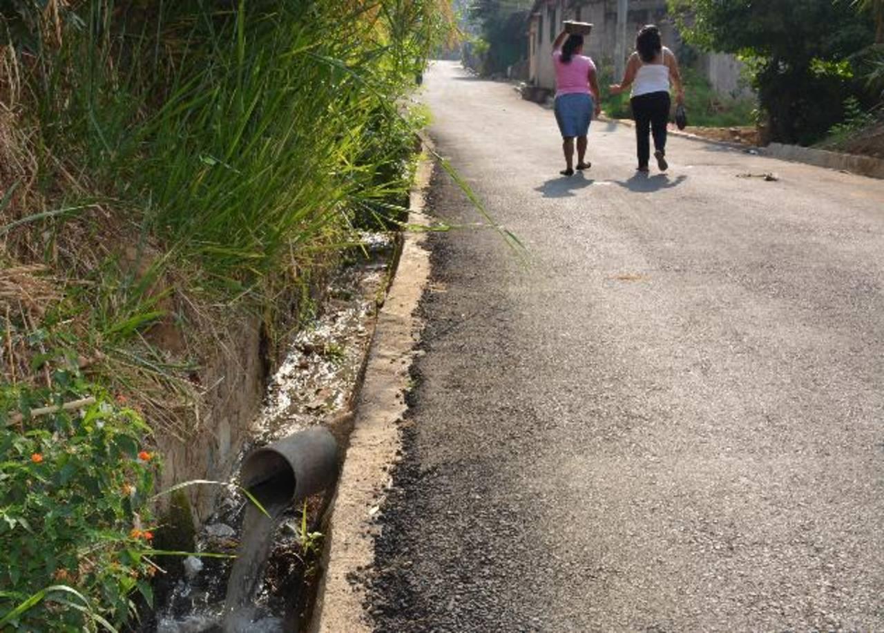 Aguas negras corren al aire libre en la canaleta de la colonia La Gloria. Foto EDH/ Cristian Díaz