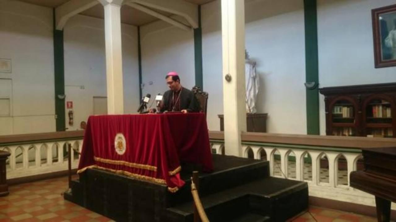 Monseñor Escobar Alas durante conferencia dominical. /