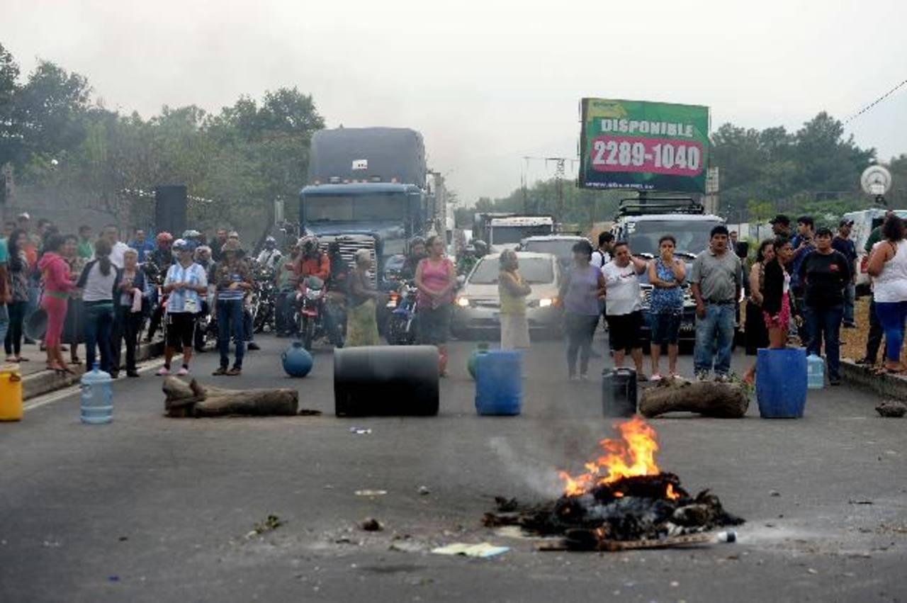 El pasado martes residentes de Prados de Venecia II, Soyapango, bloquearon la carretera de Oro por falta de agua. Foto edh/archivo
