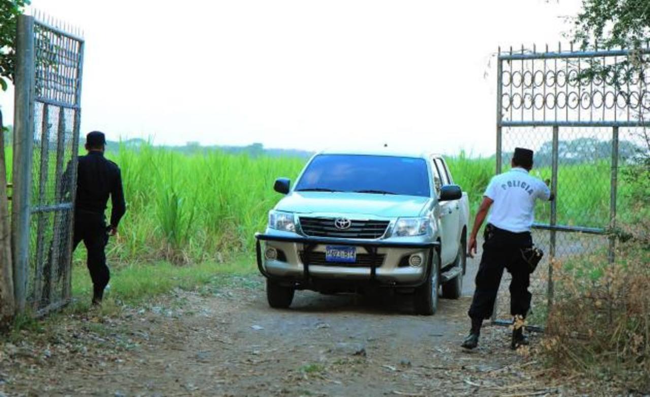 Los cuerpos de tres jóvenes asesinados fueron encontrados en este cañaveral en el cantón Agua Zarca, entre Tecoluca y Santa Cruz Porrillo. Foto EDH / R. Quintanilla