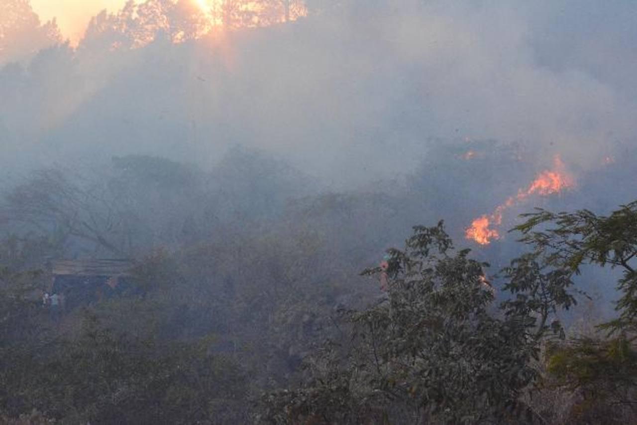 En la imagen se muestra lo cerca que las llamas estaban de las viviendas en riesgo.