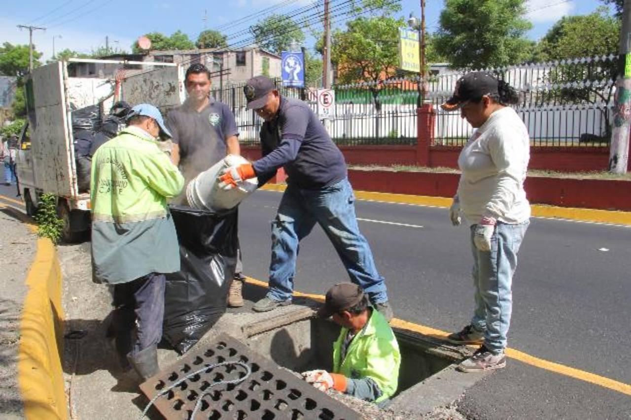 El equipo realiza los trabajos de limpieza para evitar inundaciones en las calles principales. Foto EDH/cortesía