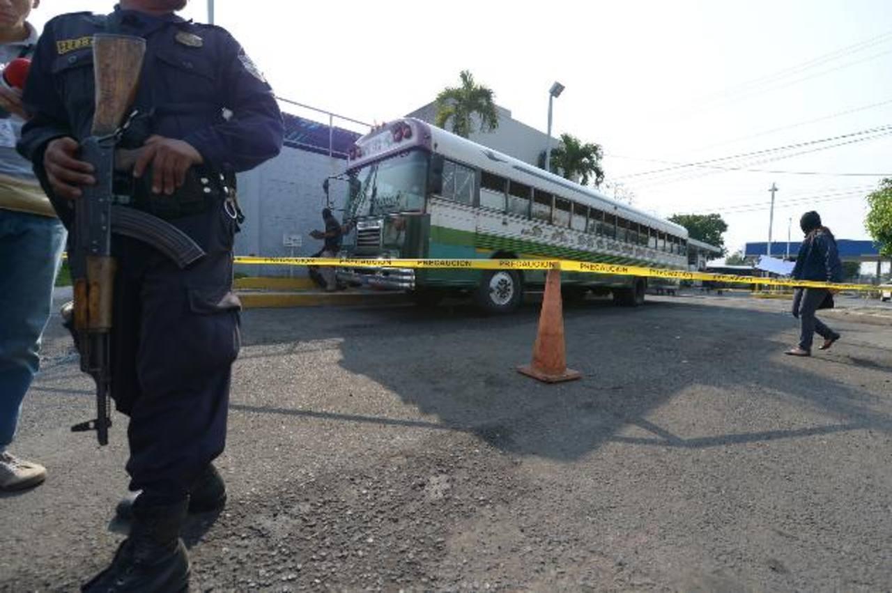 Rafael Antonio Bernal Peña, de 36 años, reparaba este bus en San Jacinto cuando fue atacado por tres sujetos. Foto EDH / Leonardo González.