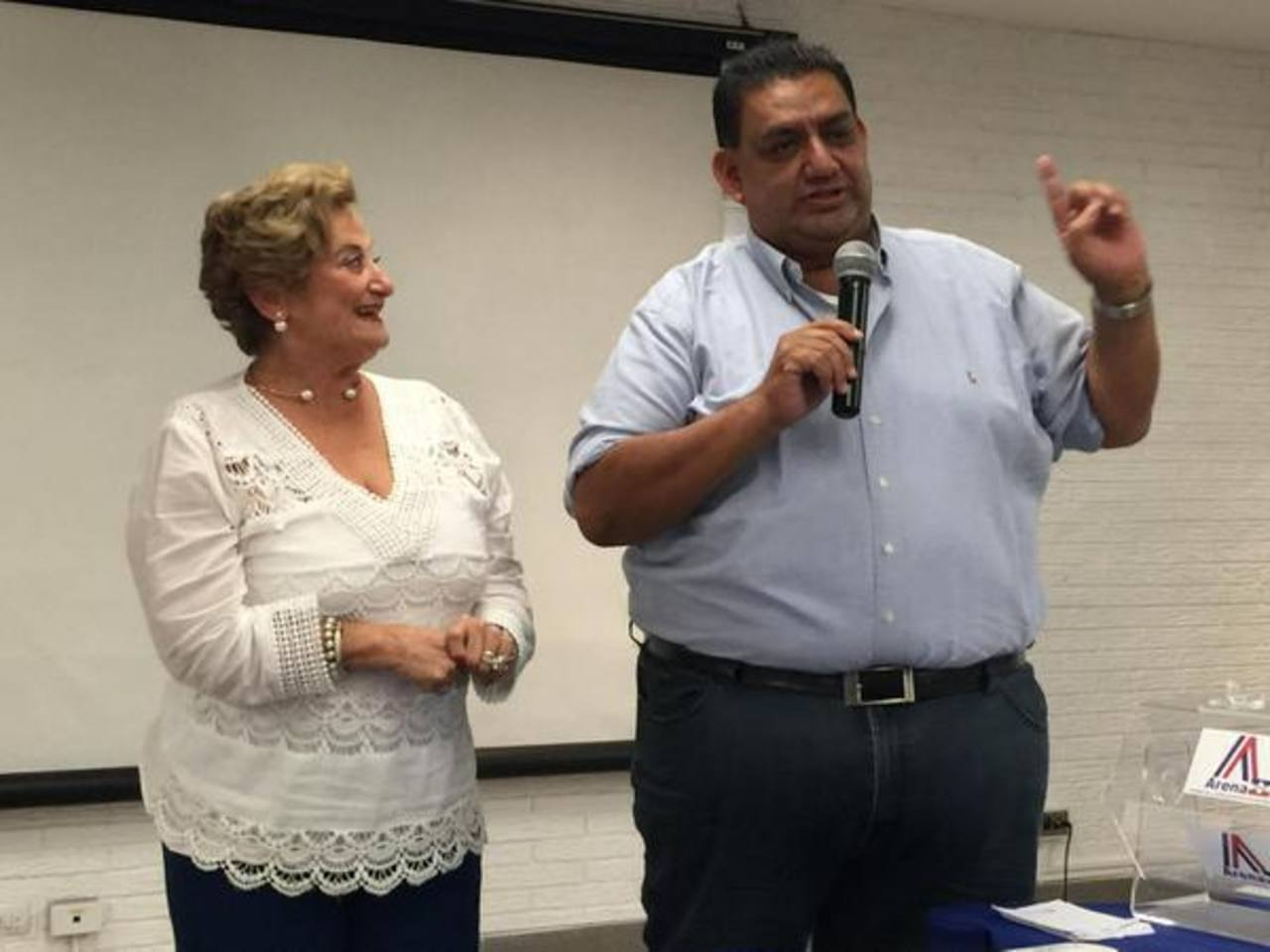 Milena Calderón y Alberto Romero, tras ser nombrados subjefa y jefe de fracción, respectivamente. foto edh /@JorgeEVelado