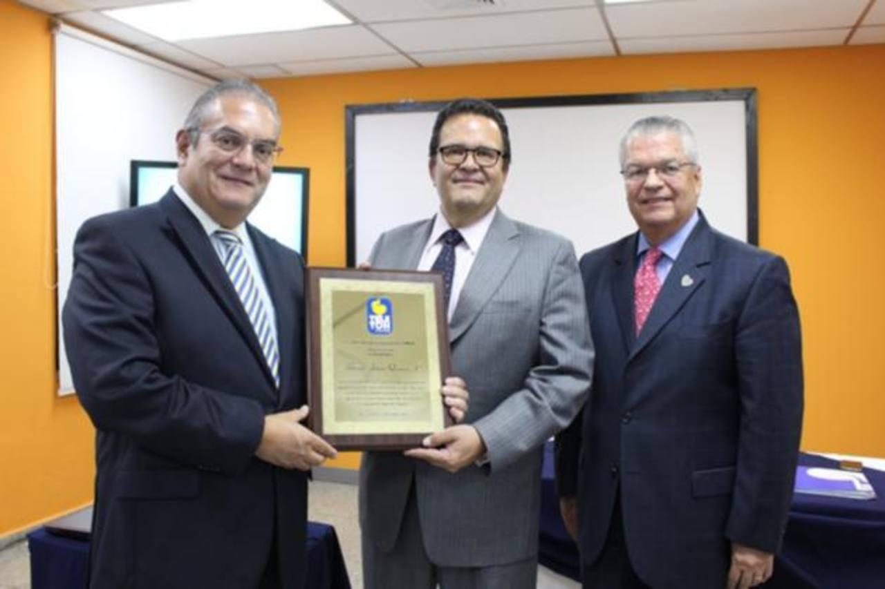 En la entrega del reconocimiento a Alfonso Quiñónez, Edwin Rivas y Alberto Morales, todos de Funter. foto edh /cortesía
