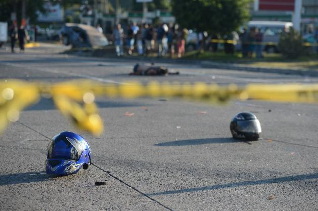 Del impacto, el automóvil con el que chocó la motocicleta cayó en un hoyo en la zona. Foto EDH /Douglas Urquilla