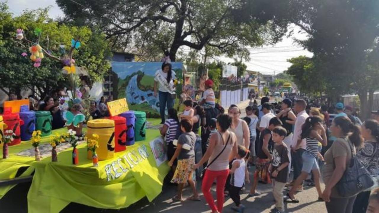 Los jóvenes se preparan para tratar de hacer conciencia ambiental entre los ciudadanos. fotos edh / cortesía
