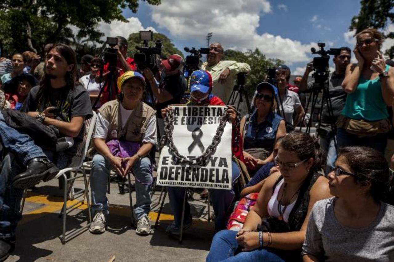 """Periodistas venezolanos reciben apoyo de varios opositores durante una protesta en agosto 2014 , luego de denunciar que fueron """"víctimas de censura"""" en varios medios. foto edh /archivo"""