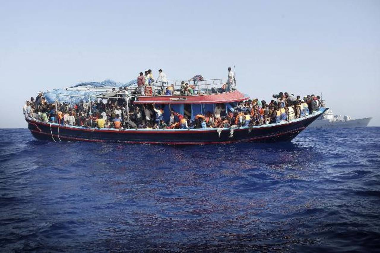 Buscan a cientos de inmigrantes en naufragio en Mediterráneo