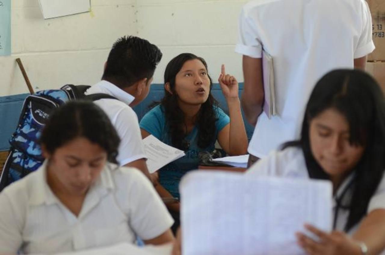 Como los fondos no se han entregado, las instituciones tienen problemas para adquirir materiales educativos. Foto EDH