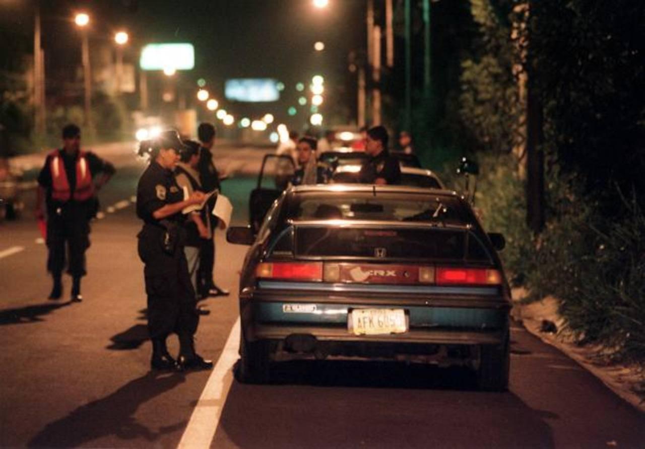 Las autoridades han intensificado los controles en carreteras, para prevenir accidentes de tránsito en vacaciones. Foto EDH