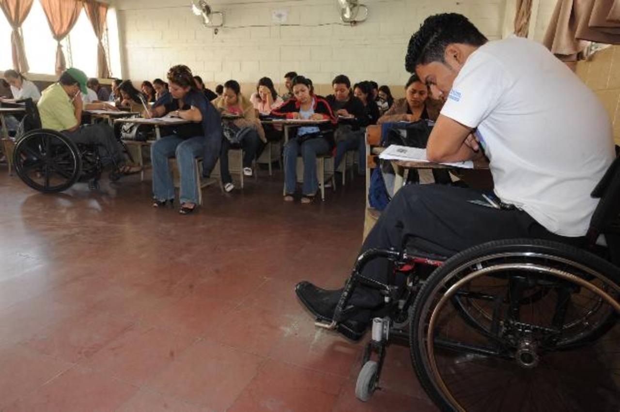 Los profesores de modalidades flexibles brindan clases los sábados y domingo a adultos. Foto EDH / ARCHIVO