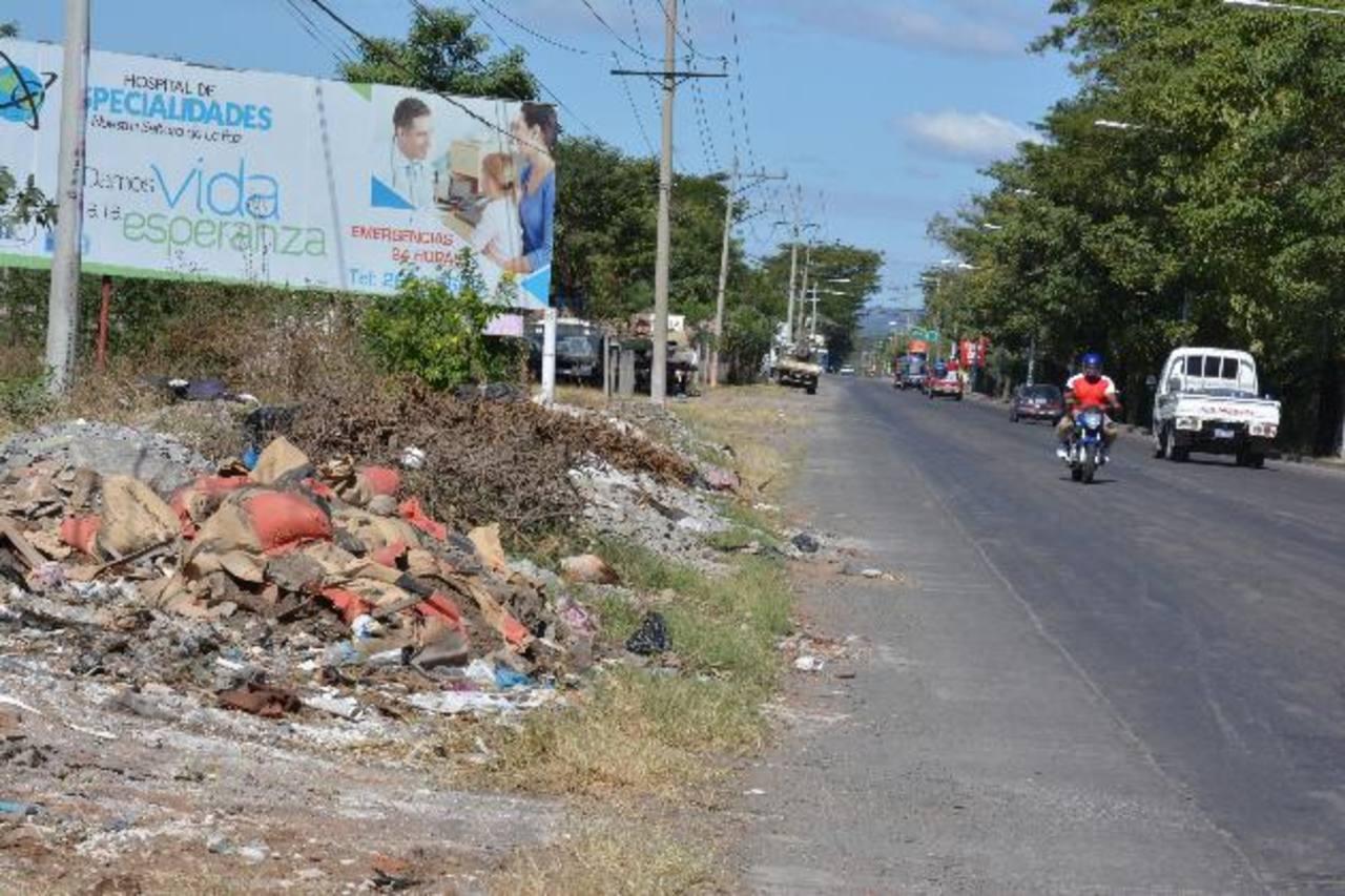 La imagen corresponde a la salida de San Miguel hacia La Unión, en donde constantemente se forma ese botadero que, además de basura, incluye ripio. Foto EDH/ Carlos segovia