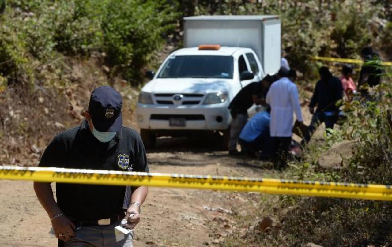 Policías recaban evidencias en zona donde fue ultimado Jaime Elías, en un cantón de Nejapa. Lo mataron al intentar esquivar a unos ladrones. Foto EDH / Jaime Anaya