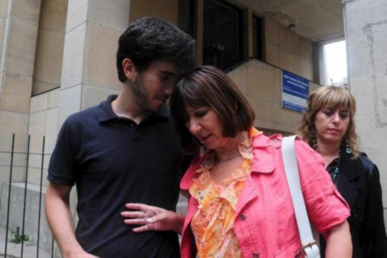 La exministra de Economía Felisa Miceli saliendo con su hijo del tribunal que la condenó en 2012. foto edh / efe