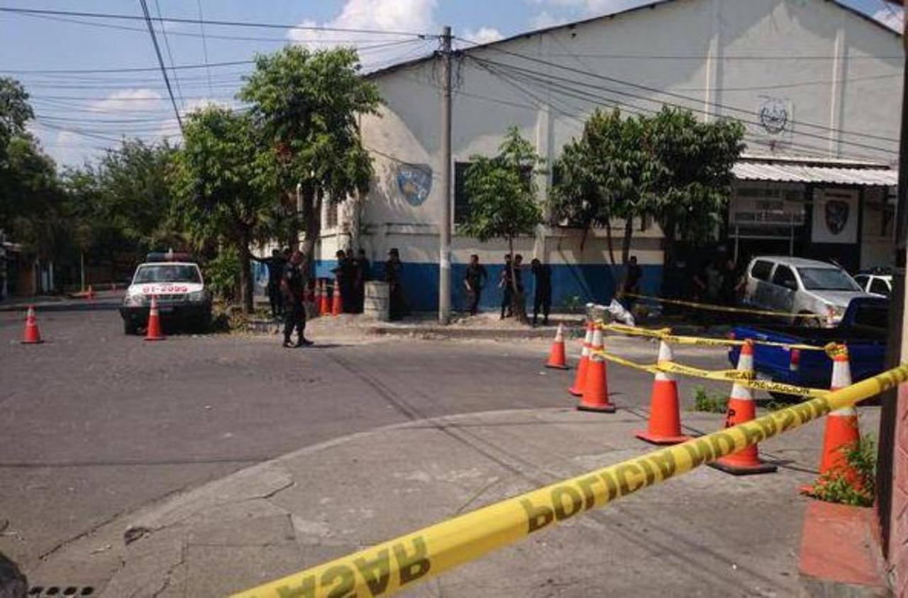 La PNC desarrolló un operativo en los alrededores de la sede policial en las cercanías del parque Centenario.