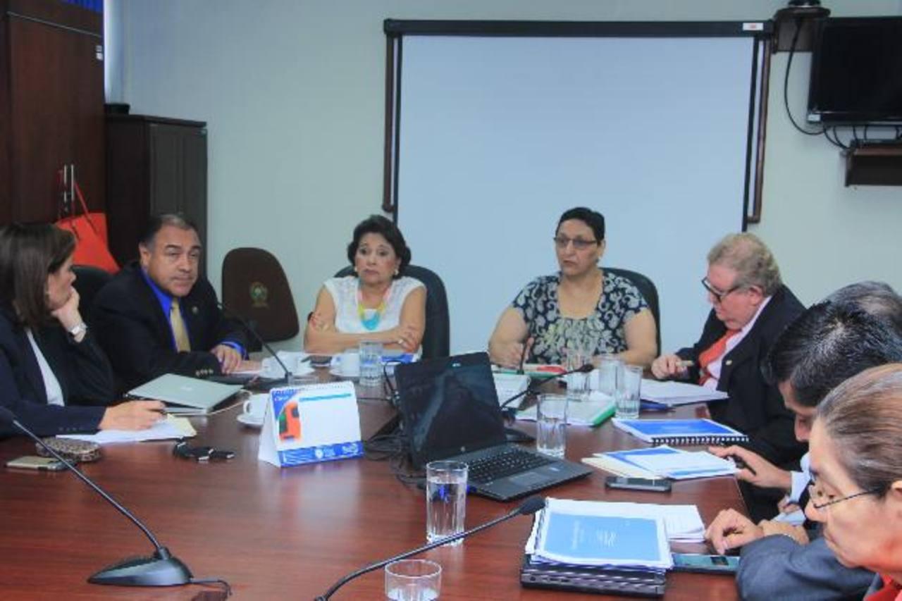Carlos Cáceres llegó a la comisión a justificar las razones de esta nueva emisión de Letras de Tesorería. FOTO EDH / CORTESÍA
