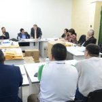 Los magistrados del TSE revisan los paquetes electorales con votos irregulares, los revisan y luego son consignados en el registro de votación. No regresan a mesa. Foto EDH/ Douglas Urquilla