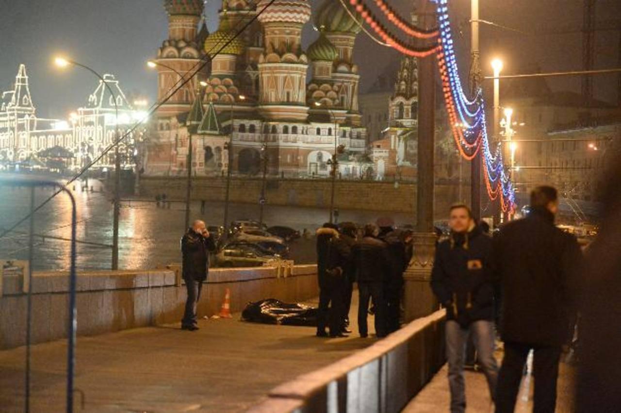 El cuerpo cubierto de Boris Nemtsov, con la Catedral de San Basilio de fondo, ayer en el centro de Moscú. Foto EDH / efe