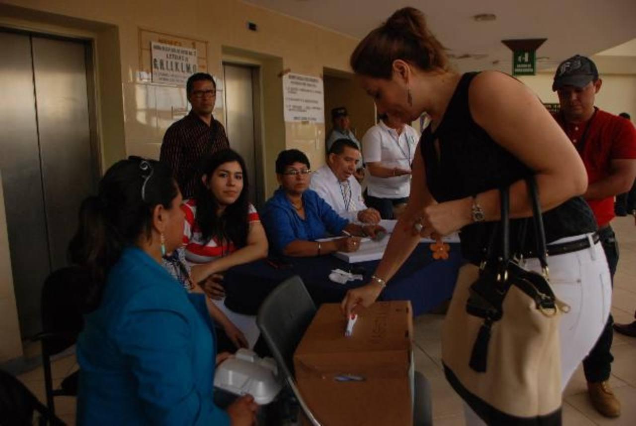 Los abogados migueleños participaron en las votaciones de la Fedaes. Foto EDH / Lucinda Quintanilla