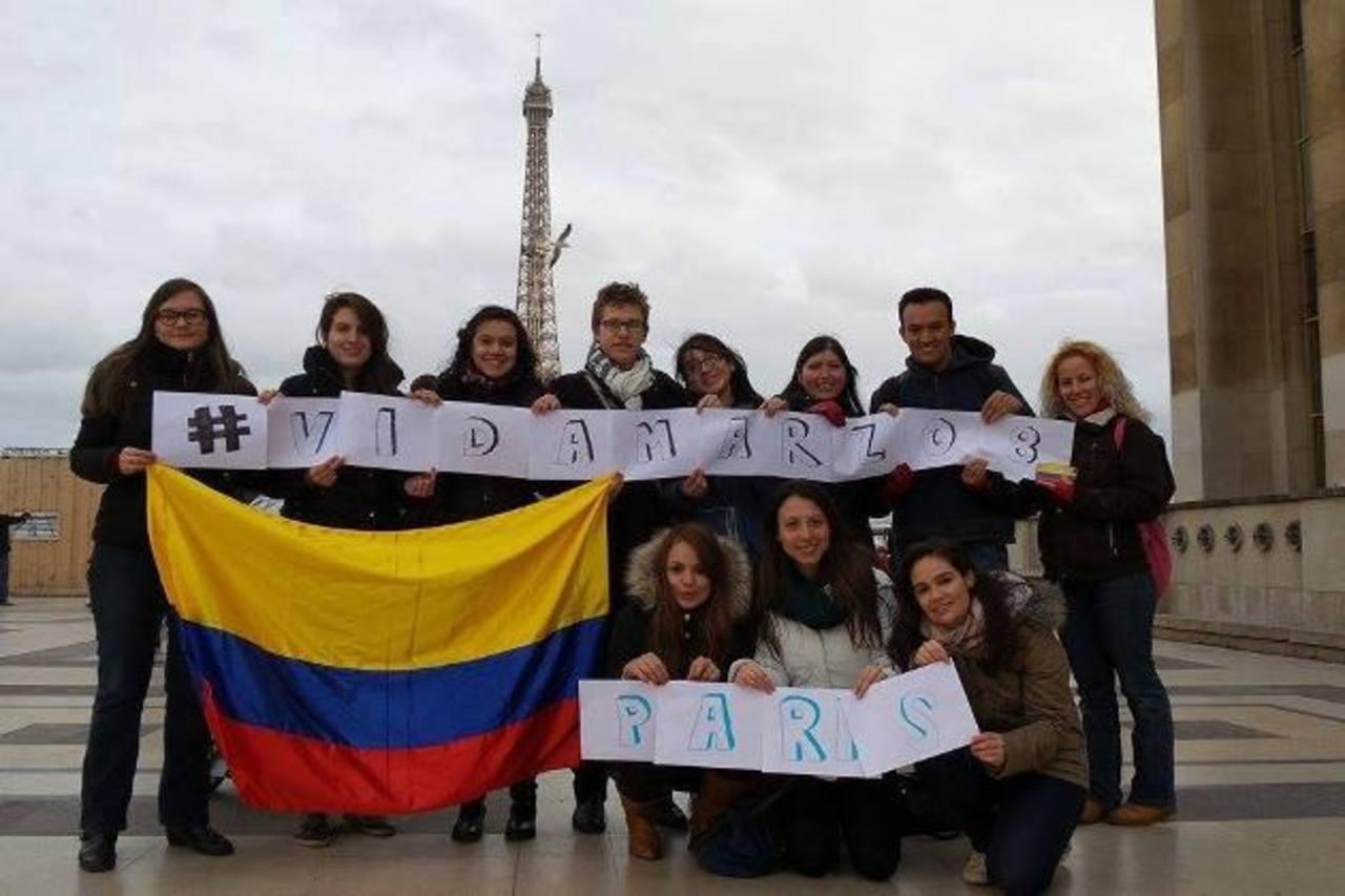 """Colombianos en París muestran su apoyo para participar en la marcha de este domingo """"Día internacional de la mujer"""". Foto EDH"""