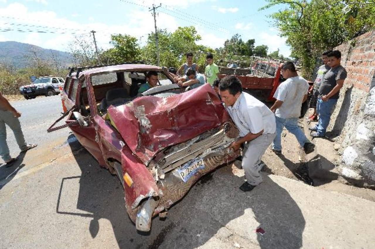 La imprudencia de un conductor provocó ayer un accidente en la Troncal del Norte. Foto EDH /