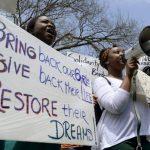 Las autoridades aún no confirman si entre las menores de edad liberadas están las 219 niñas secuestradas hace un año.