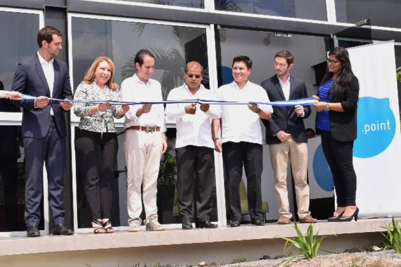 Durante la inauguración, Johnny Wright, Luz Estrella Rodríguez, del Minec; Alfredo Atanacio, de Point; Óscar Ortiz, William Granadino de Proesa y Rodolfo Schildknecht, de Point.