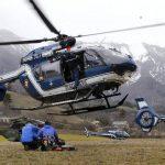 Miembros de la Gendarmería francesa suben en un helicóptero para iniciar las labores de recate de los cuerpos en el lugar donde se estrelló un Airbus A320 en Seyne-les Alps, Francia. foto efe