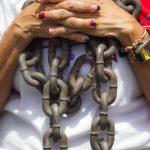 Una venezolana se ató una cadena en señal de protesta contra el régimen chavista.